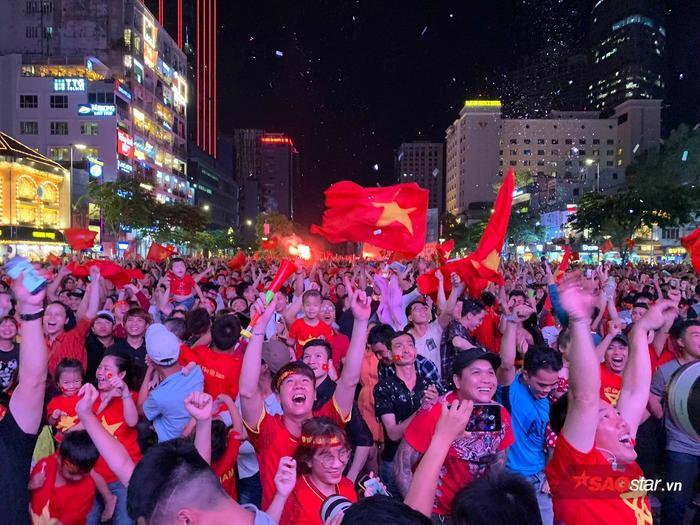 Ngay trong đêm, người hâm mộ từ phố đi bộ NGuyễn Huệ ùn ùn đổ về các tuyến đường để ăn mừng.
