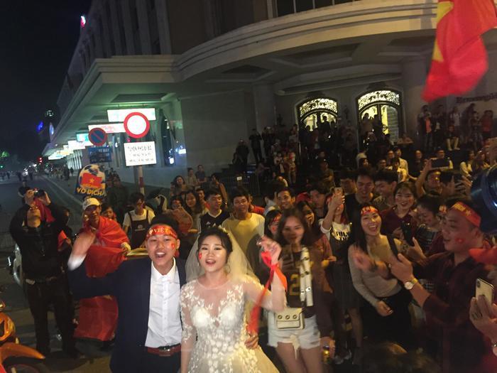 Một cặp CĐV cũng nhanh chóng ghi lại khoảnh khắc ngày cưới của mình trong dịp đặc biệt này.