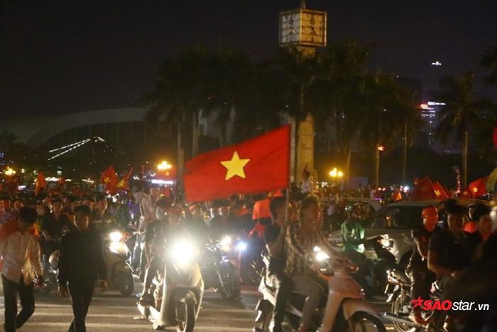 Hai bàn thắng được ghi bởi Công Phượng và Quang Hải đã khiến hàng triệu người hâm mộ có mặt tại SVĐ Mỹ Đình vỡ òa.