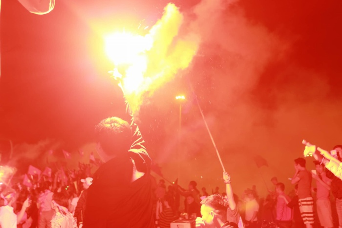 Pháo sáng bùng nổ trên bầu trời Hà Nội.