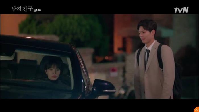 Jin Hyuk khá buồn khi Soo Hyun từ chối món quà.
