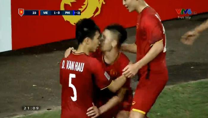 Các cầu thủ áo đỏ luôn sát cánh bên nhau.