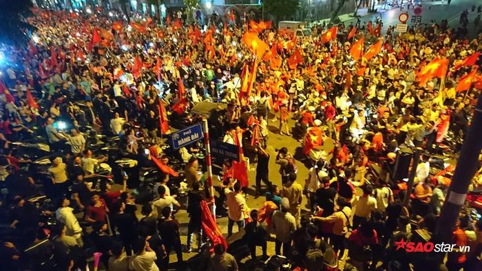 Hình ảnh người hâm mộ đổ dồn về trung tâm thành phố để diễu hành ăn mừng.