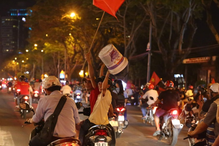 Người Sài Gòn ăn mừng bằng mọi cách.