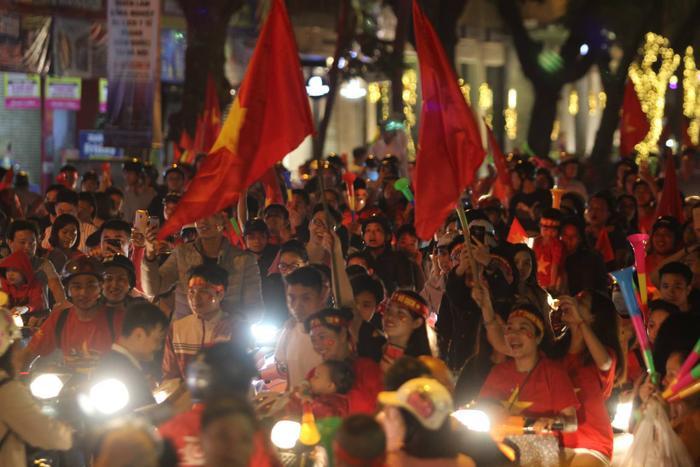 Hàng ngàn người đổ xuống đường ăn mừng khiến mọi tuyến phố gần như tắc nghẽn.