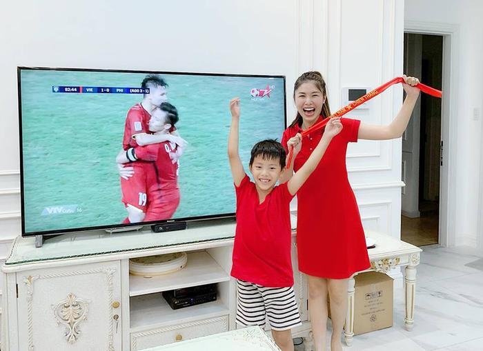 """Đăng Khôi chia sẻ niềm vui chiến thắng cùng với đội tuyển Việt Nam. Bà xã của nam ca sĩ không khỏi vui mừng """"Đi bão thôi. lời nguyền trên sân Mỹ Đình đã được giải rồi!"""""""