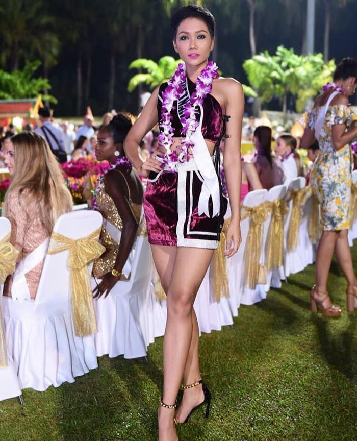 H'Hen Niê khá cao tay khi chọn chiếc váy màu tím cho sự kiện lần này. Dù một mình một quẻ, song đại diện Việt Nam được fan Thái Lan đánh giá cao với diện mạo trên. Chiếc vòng hoa cùng tông với trang phục, đây chính là điểm cho thấy được sự thông minh của chân dài Ê Đê.