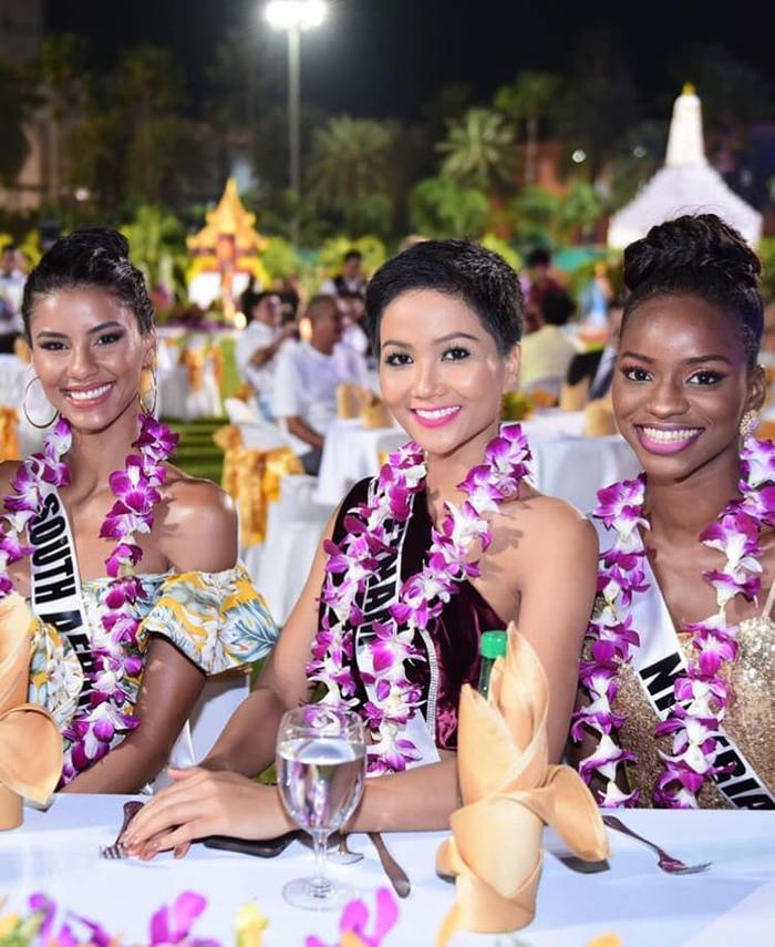 Mỗi kiểu trang phục diện lên người trong các hoạt động bên lề Miss Universe, H'Hen Niê không chỉ chú ý tới tính thẩm mỹ mà còn quan tâm tới thông điệp mà bộ trang phục mang lại.