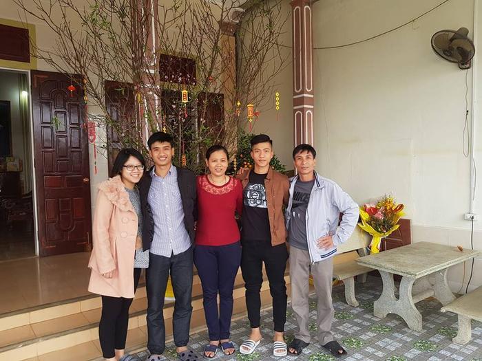 Chị Hiền và gia đình đi Hà Nội cổ vũ cho con trai thi đấu trước Philippines.