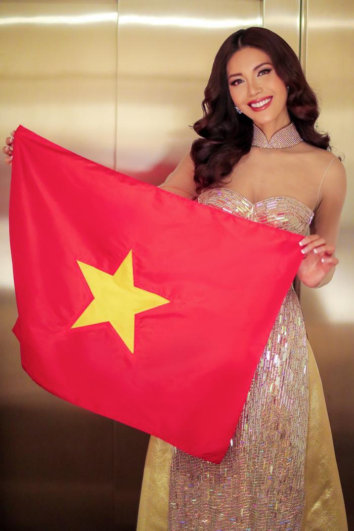 Đặc biệt, khi biết tin Việt Nam lọt vào vòng chung kết AFF Cup 2018, người đẹp không khỏi vui mừng, cầm quốc kì quay clip đăng tải lên trang cá nhân.
