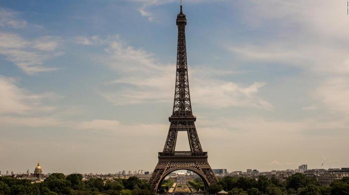 Hàng chục viện bảo tàng, các tụ điểm văn hóa, trong đó có cả Tháp Eiffel cũng sẽ không hoạt động trong 2 ngày 8 và 9/12. (Ảnh: CNN)