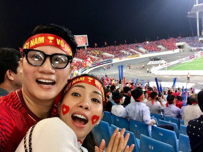 Vợ chồng MC Hoàng Bách vô cùng phấn khích trước chiến thắng tuyệt vời của đội tuyển Việt Nam.
