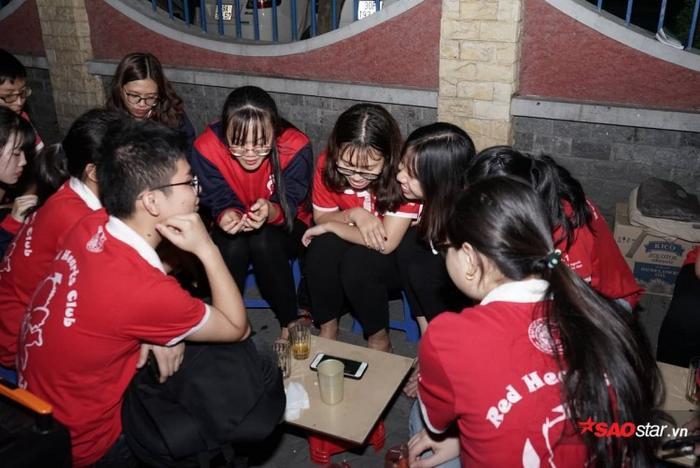 Không chỉ có các bạn nam, các bạn nữ cũng chăm chú xem trận đấu.