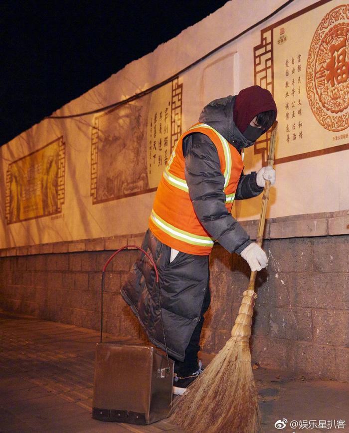 Chăm chỉ tập trung làm việc, nhiều người hâm mộ vẫn nhận ra cậu bé mặc dù ăn mặc kín mít để chống thời tiết giá lạnh.