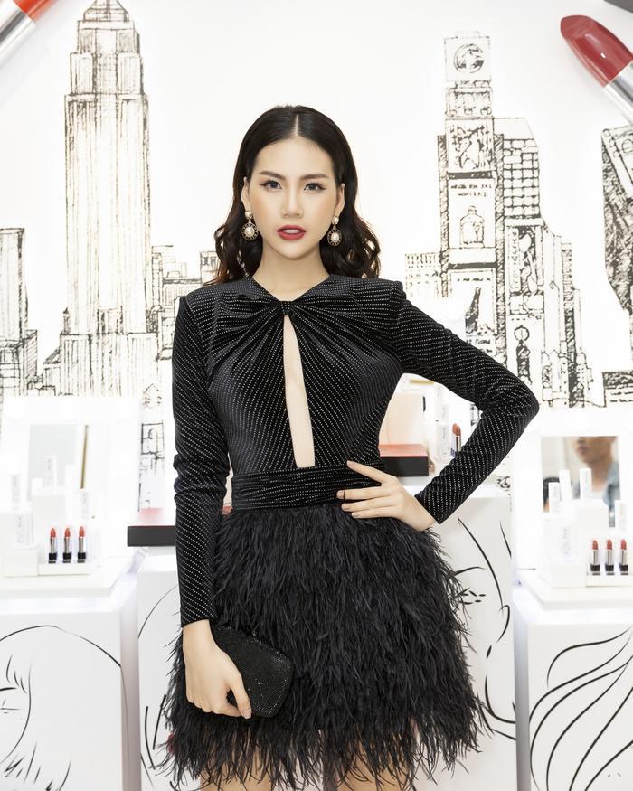 Cùng chưng diện sắc đen, nhưng Siêu mẫu Việt Nam 2018 - Quỳnh Hoa lại yêu thích chiếc váy với phần tùng chất liệu lông, đung đưa nhẹ nhàng theo từng bước chân.