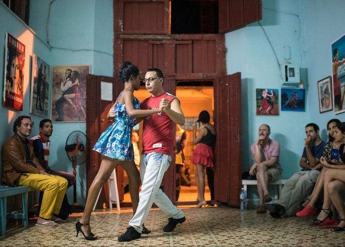 Khung cảnh bên trong một lớp học nhảy ở Cuba.