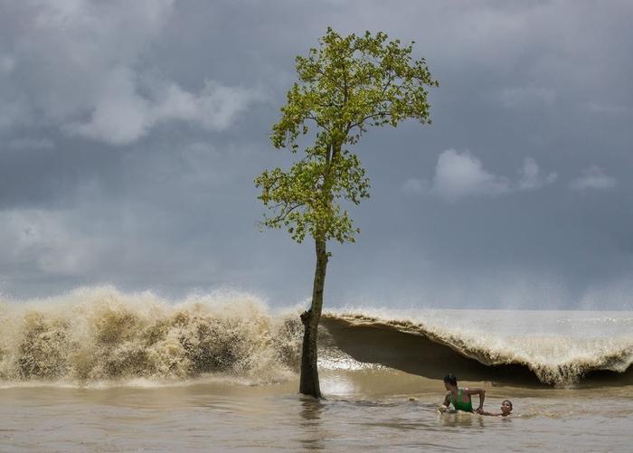 Ngư dân cứu bé trai khỏi đuối nước.