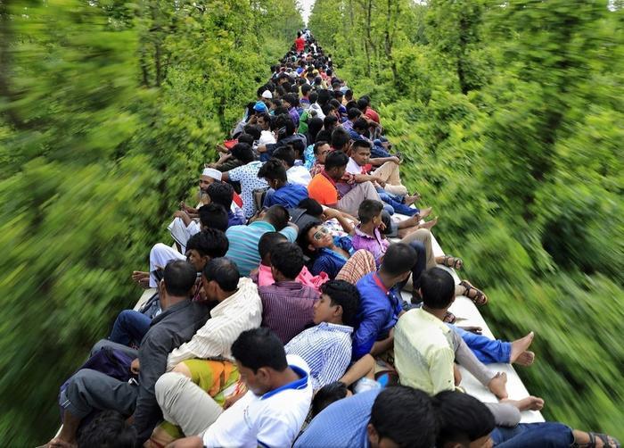 Hàng trăm người chen chúc nhau trên nóc một toa tàu để trở về nhà đoàn tụ với gia đình trong kỳ nghỉ lễ tôn giáo.