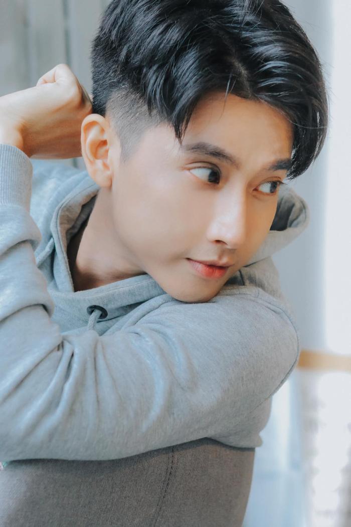 """Diễn viên Ngô Kinh Lâm đảm nhận vai thầy giáo Huy trong sitcom """"Hoán đổi thanh xuân""""."""