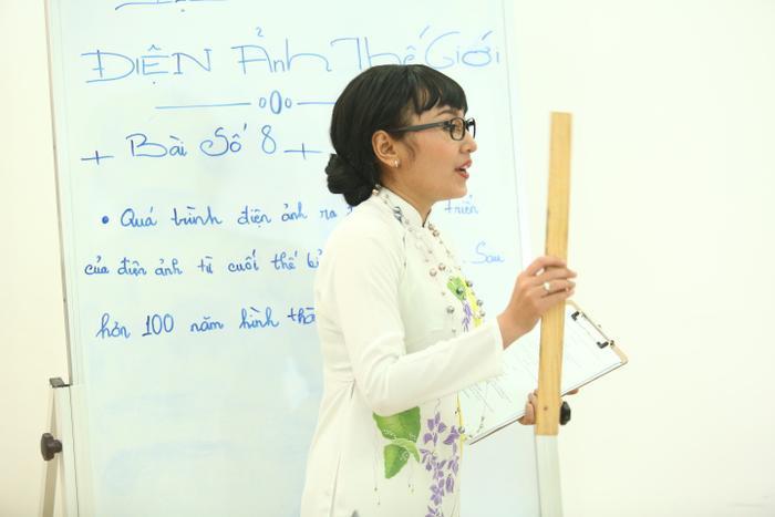 Bạn diễn Hoàng Kim trong vai cô giáo Thùy, người mà để lại nhiều ấn tượng nhất với Ngô Kinh Lâm.