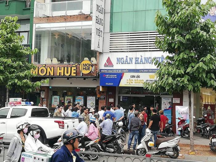 Nóng: Đôi nam nữ bịt mặt nghi dùng súng táo tợn cướp ngân hàng Việt Á ở Sài Gòn