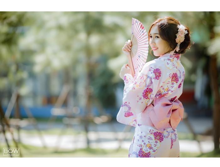 Những cô gái không chỉ chú trọng việc đầu tư trang phục mà còn chú trọng việc làm tóc sao cho phù hợp với trang phục.