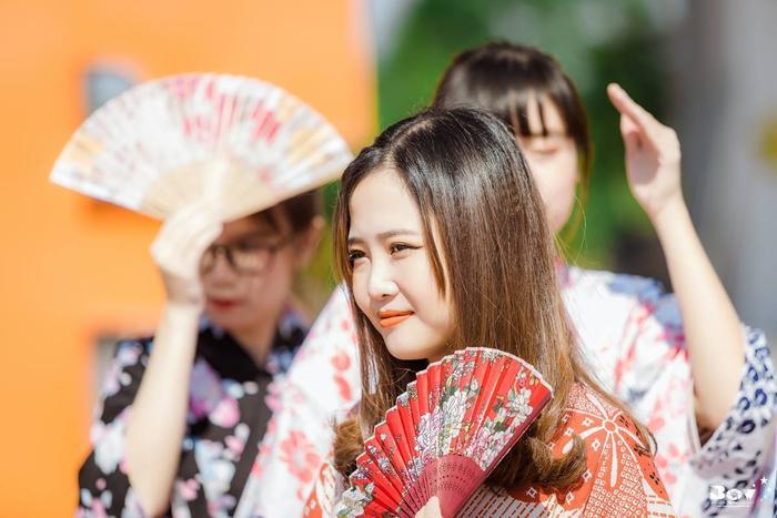 Nét dịu dàng của cô gái Việt Nam trong trang phục Nhật Bản.