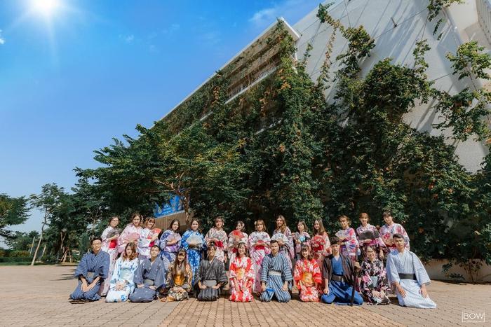 Các thành viên cùng nhau mặc những trang phục truyền thống của đất nước Nhật Bản. Được biết, bộảnh kỷ yếu này là của các bạn sinh viên K11,ngành Ngôn ngữ Nhật- Đại học FPT.