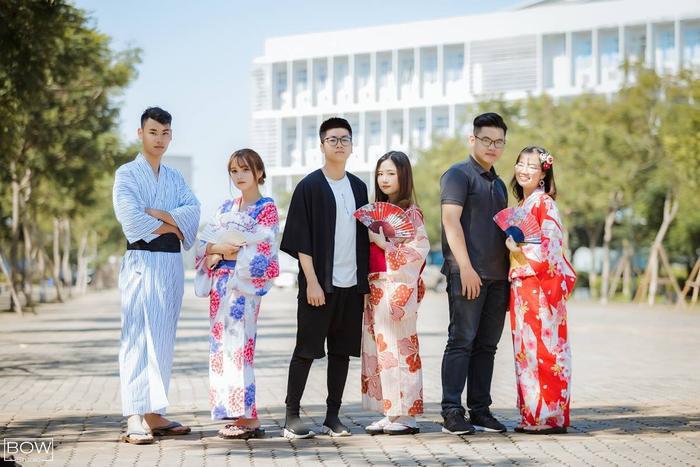 Trang phục Nhật Bản lẫn trang phục Việt Nam đứng cùng nhau trông vẫn hài hòa vô cùng nhé!