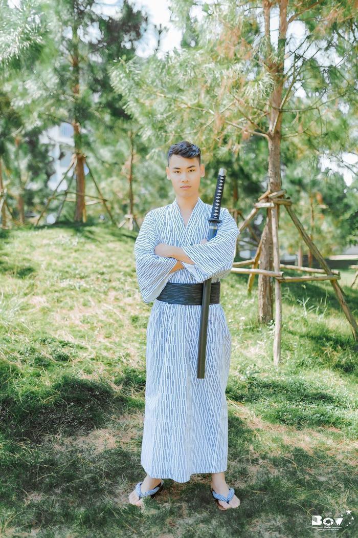 Nam sinh lựa chọn bộ trang phục kimono sẫm màu với quạt xếp và katana (kiếm Nhật).