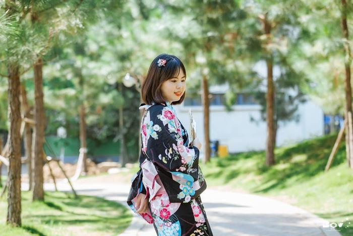 Để xuất hiện thanh lịch trong bộ yukata, người mặc phải thẳng lưng, đi từng bước nhỏ và cử chỉ nhẹ nhàng.