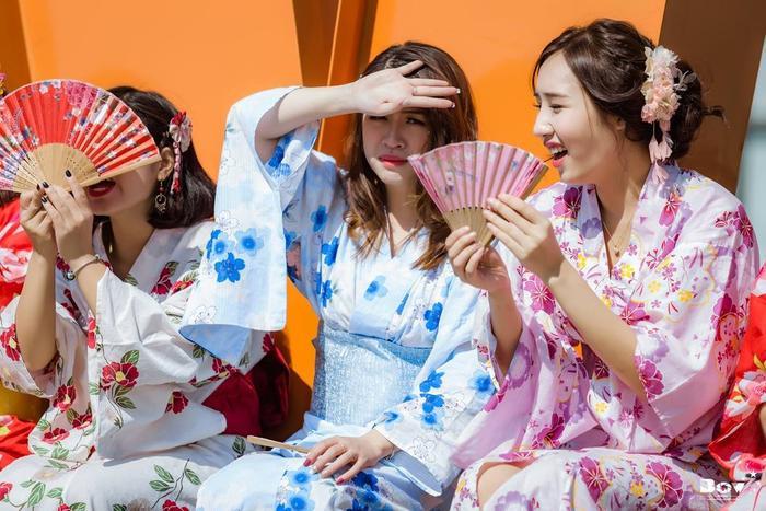 Thời tiết tại Hà Nội khá nắng nóng khiến các cô nàng liên tục che nắng.