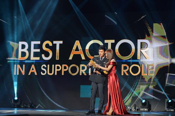 Cả hai được đọc tên và trao giải cho Nam diễn viên phụ xuất sắc nhất.