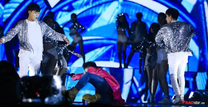 Và trong phút giây vì quá hưng phấn và do sân khấu trơn trượt đã khiến cho Isaac vô tình bị té ngã.