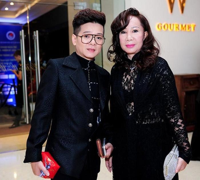 Nam ca sĩ Vũ Hà có cuộc tình hơn 30 năm với vợ đại gia hơn 8 tuổi và cả hai vẫn sống cuộc sống không con cái.