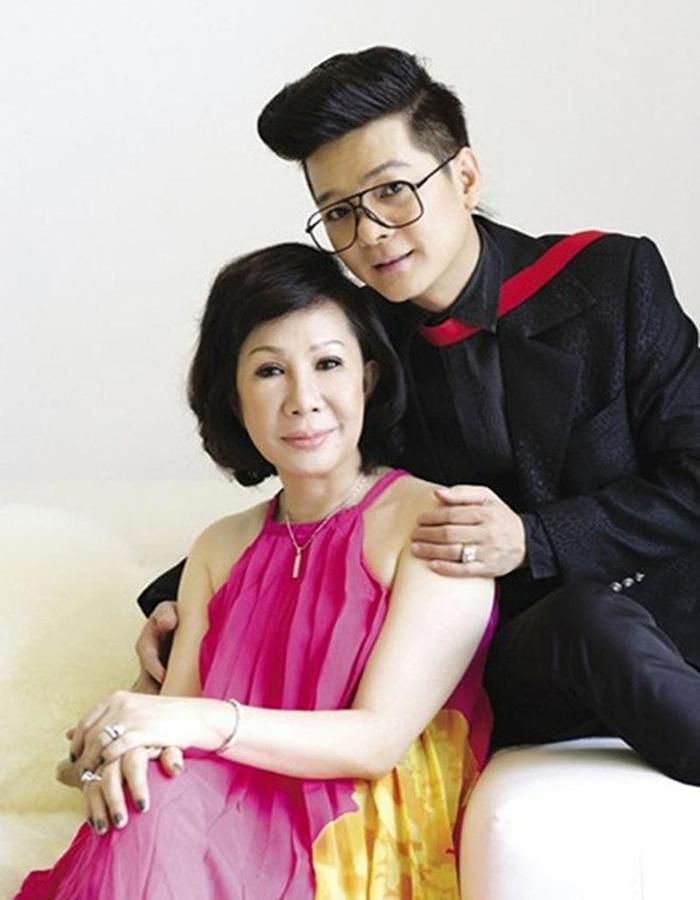 Lúc mới lấy nhau, bà xã Vũ Hà từng nhiều lần có thai nhưng sau đó lại bị sảy. Đến một lần, vợ nam ca sĩ buộc phải cắt bỏ buồng trứng nên hi vọng có con đã tiêu tan.