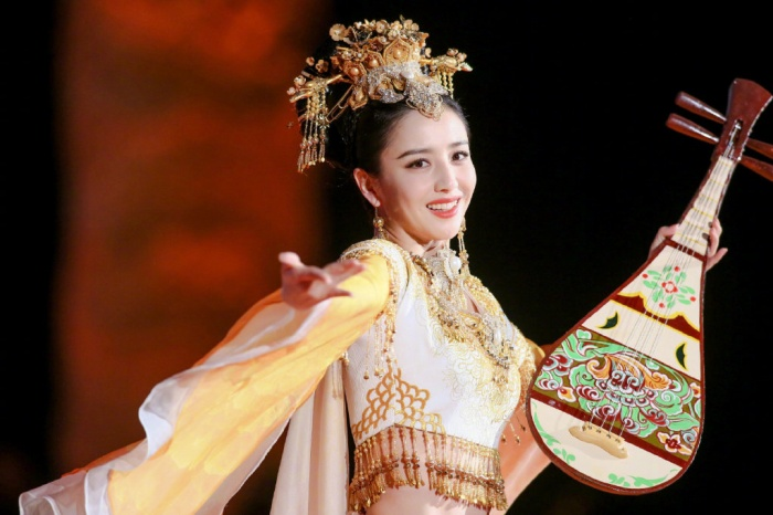 Nhan sắc của bốn mỹ nhân Tân Cương đang gây sốt: Địch Lệ Nhiệt Ba, Đồng Lệ Á, Cổ Lực Na Trát và Cáp Ni Khắc Tư ảnh 14