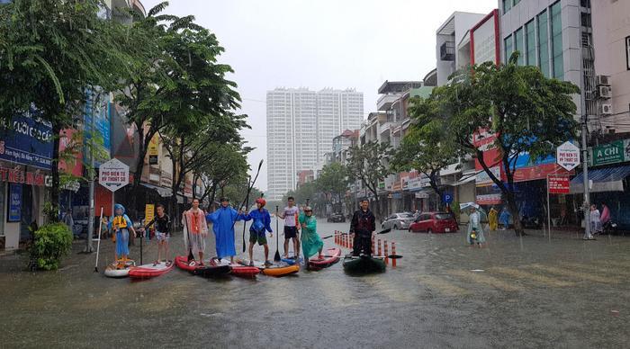 Tranh thủ mưa kéo dài nước ngập sâu, nhóm thanh niên Đà Nẵng kéo nhau ra giữa đường lướt ván đứng gây chú ý