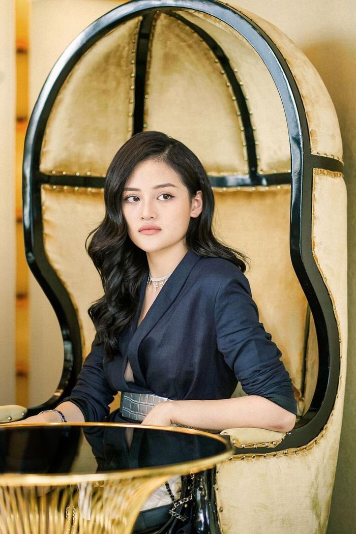 Kiki Ngô là cô em út tóc vàng hoe của hội.