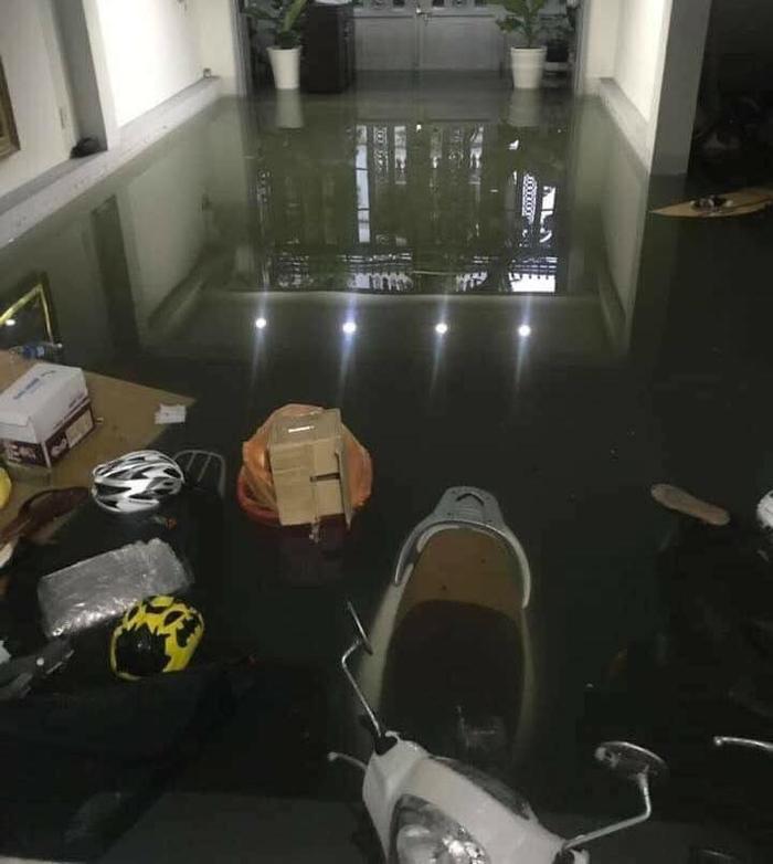 Tầng 1 để xe ở nhà trọ đã biến thành một cái ao nhỏ, xe máy bị chìm nghỉm trong nước.