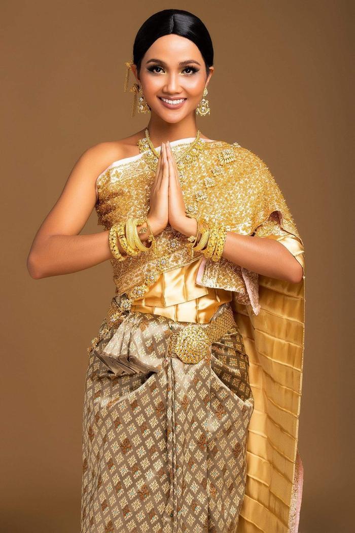 Dạo đầu của cuộc hành trình trở thành Đại sự thân thiện Du lịch Thái Lan đó chính là bộ ảnh H'Hen Niê cùng Thai National Costume. Người đẹp đã trở nên xinh đẹp và duyên dáng cùng tà áo truyền thống Thái Lan. Cực sang trọng và thần thái với những chi tiết tỉ mỉ và nổi bật của trang phục.
