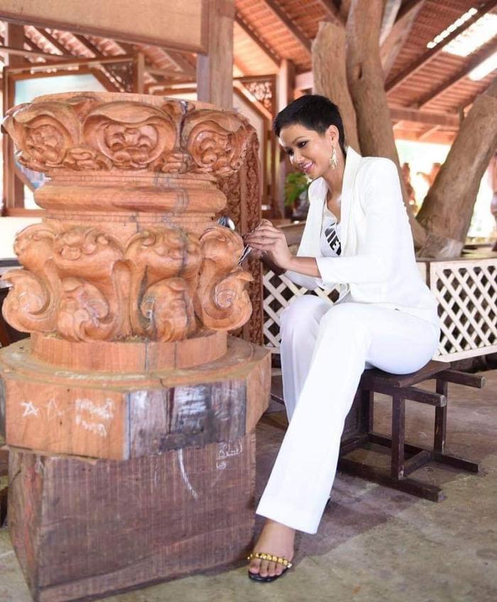 """Người đẹp Việt còn trổ tài """"đục gỗ"""". Đây được xem là một bước tiến trong hành trình quảng bá du lịch. Du khách khi đến Thái Lan có thể trải nghiệm công việc thủ công truyền thống này."""