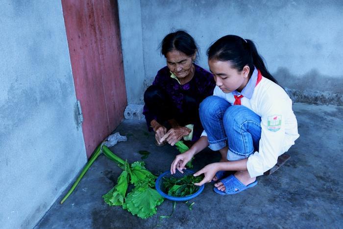 Hành trình vượt lên số phận của nữ sinh lớp mang 2 dòng máu Việt Trung: 'Em muốn học xong lớp 12 để đi làm phụ giúp ông bà'
