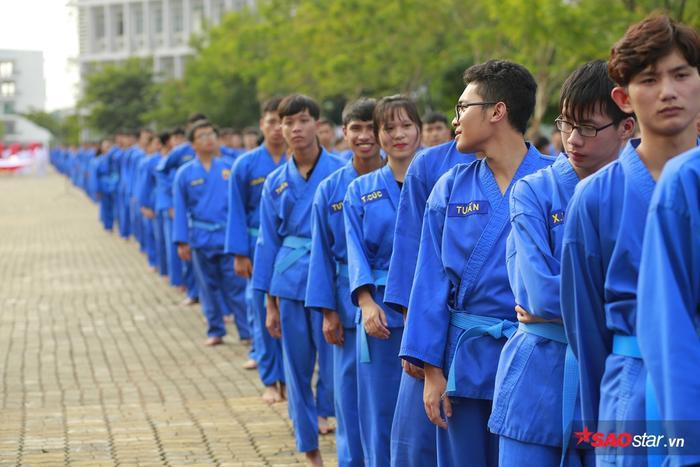 Sinh viên xếp hàng học võ Vovinam.