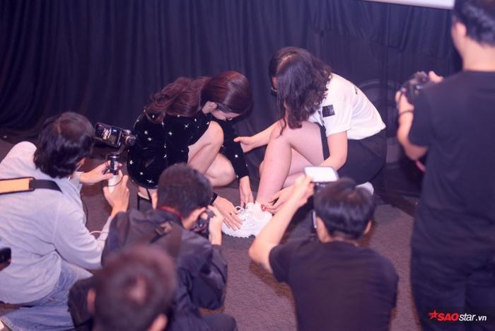 Đông Nhi không ngại ngần buộc lại dây giày cho fan.