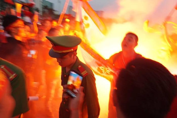 Cảnh sát Hà Nội mang súng đạn cao su trắng đêm chống đua xe trong trận chung kết đội tuyển Việt Nam gặp Malaysia