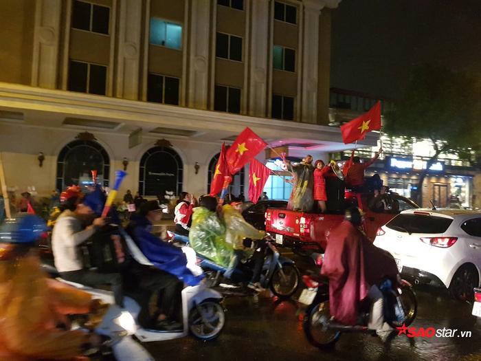 Cầm hòa trên sân khách, hàng triệu cổ động viên cả nước vẫn đổ ra đường chúc mừng đội tuyển Việt Nam