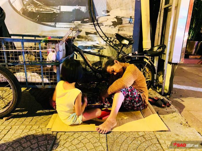 Mặc dòng người xuống đường đi bão, hình ảnh bà cháu co ro ôm nhau ngủ sau mưu sinh khiến cộng đồng mạng xúc động