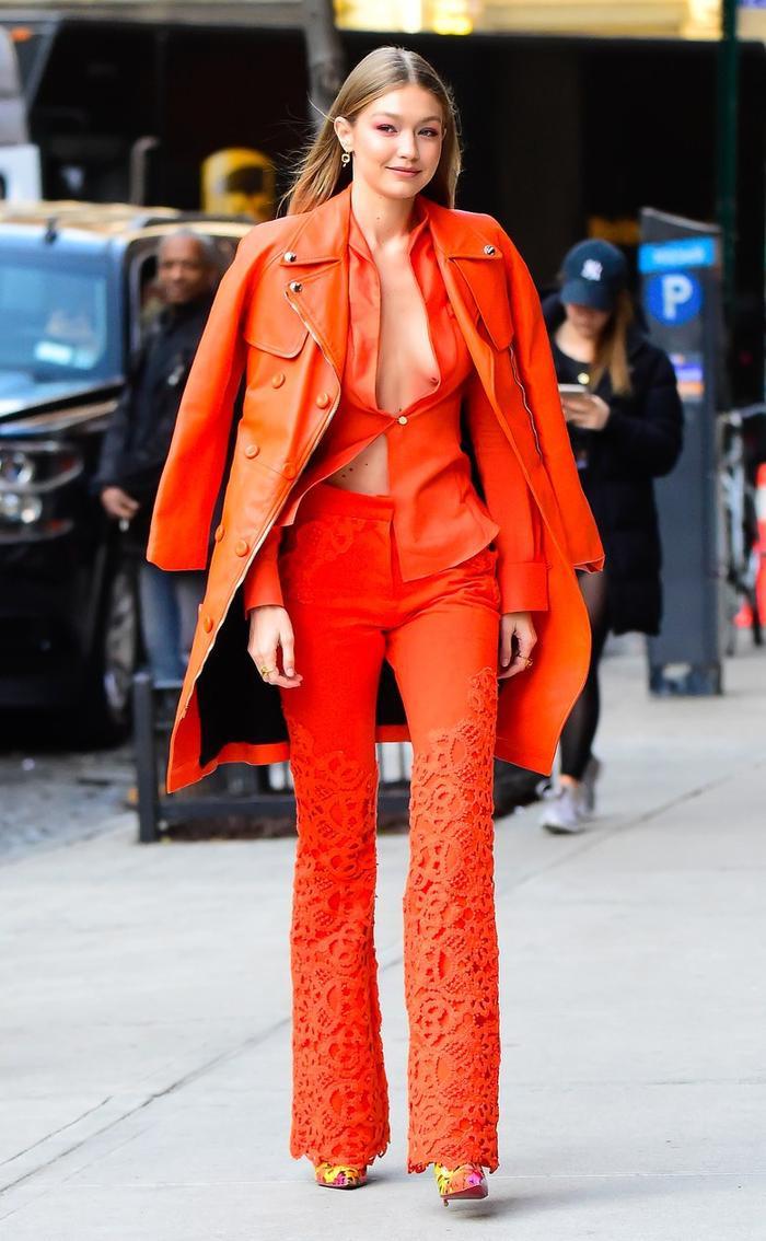 Gigi Hadid trong thiết kế màu cam san hô hở vòng 1 táo bạo trên đường phố New York gần đây.