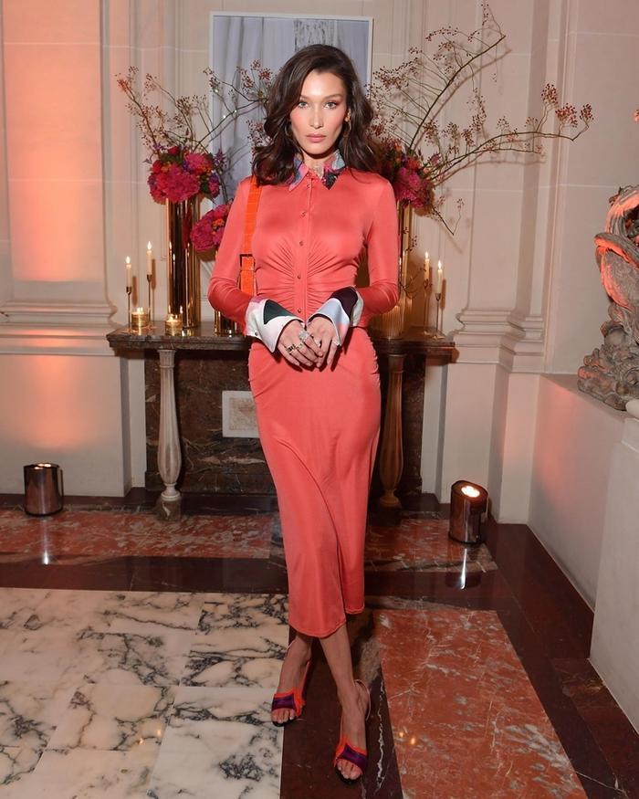 Bella Hadid là một trong những người đẹp hiếm hoi lăng xê sắc cam san hô từ đầu năm 2018 khi tham dự một sự kiện ở Paris.